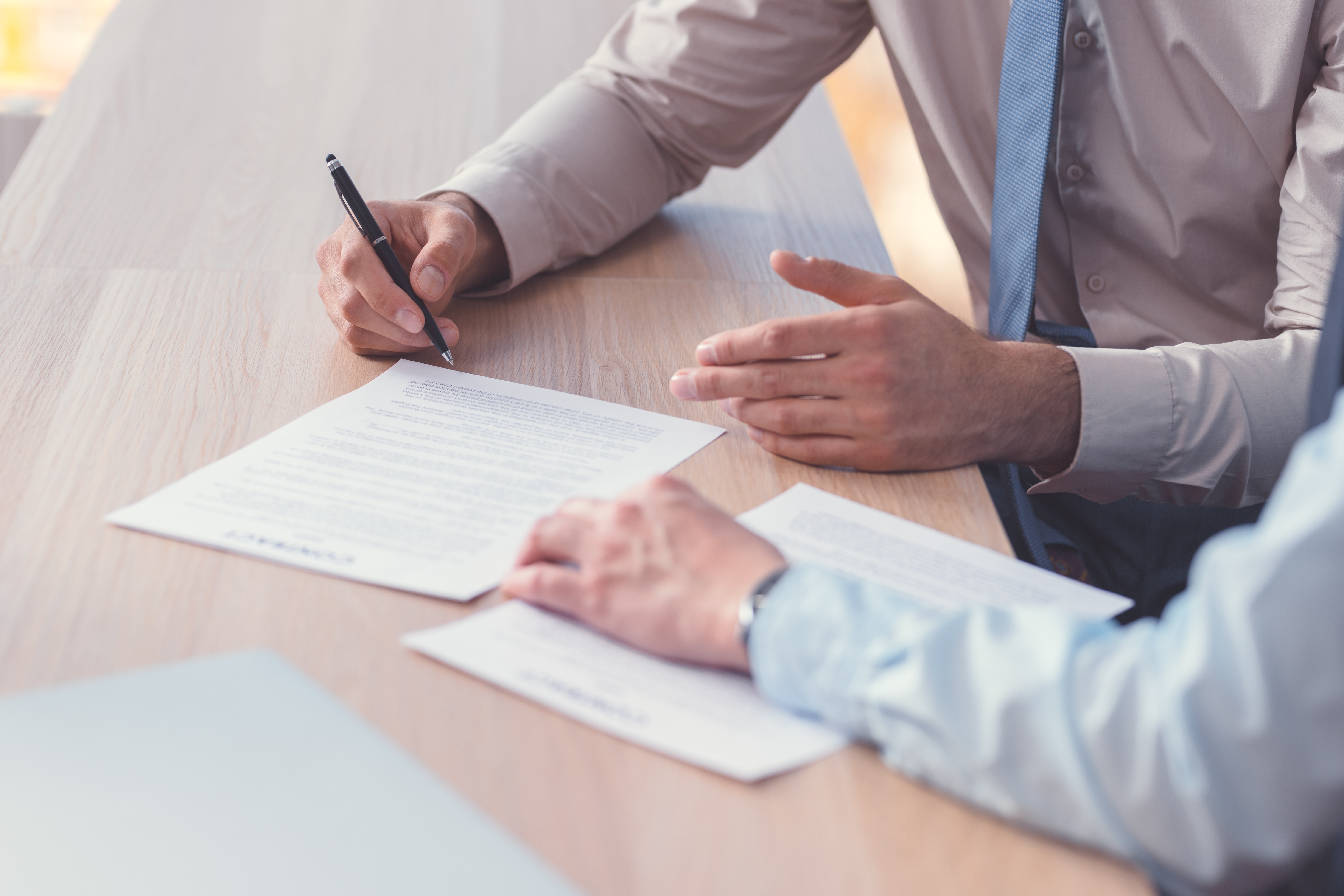 business-people-signing-a-contract-5WJF6CU