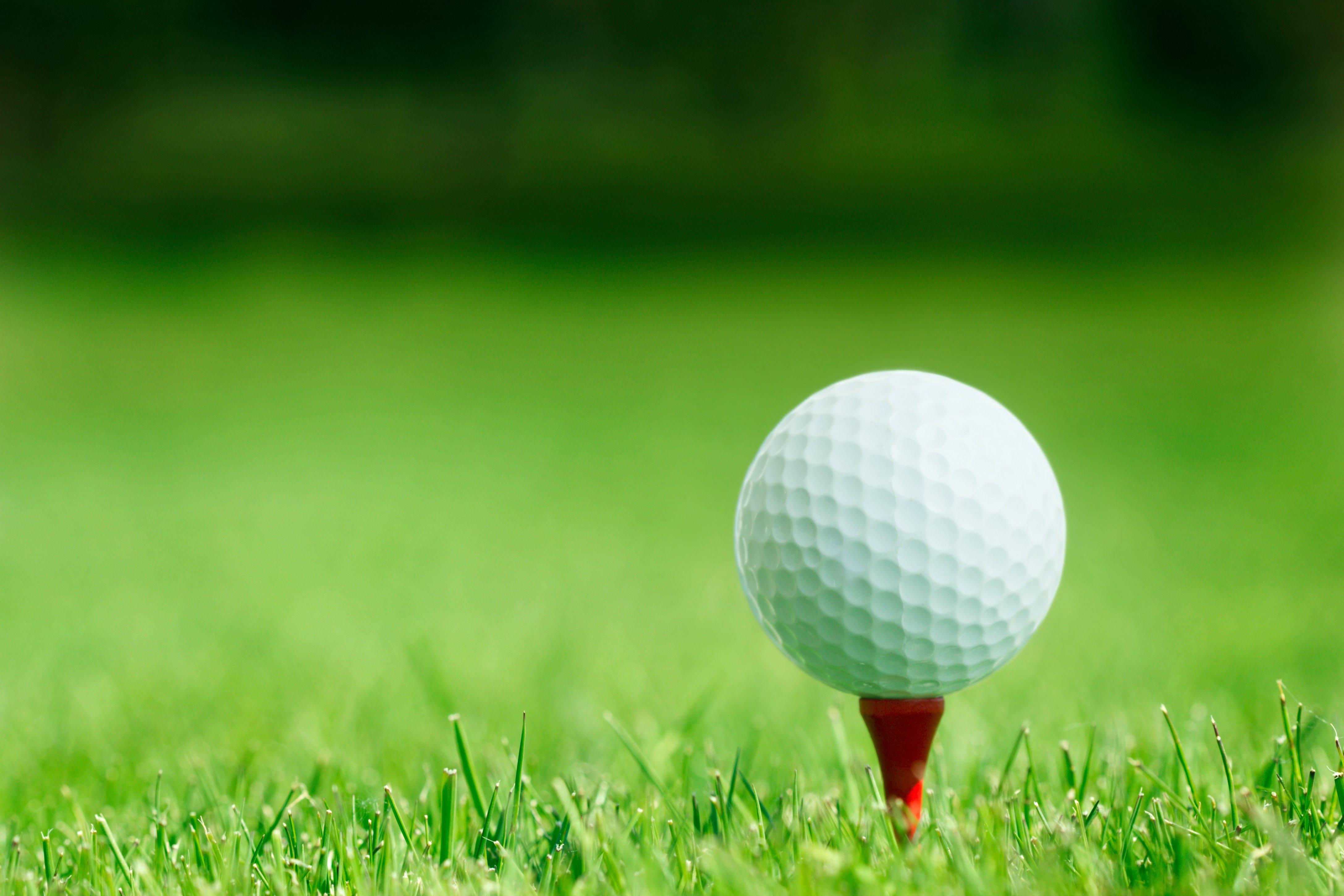 golf-ball-on-tee-AMAVSK4